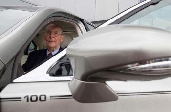 Lexus поздравил своего 100-летнего клиента эксклюзивной версией Lexus LS 600h L